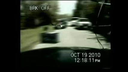 Шампанзе троши стъклото на полицейска кола