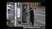 Луд пърди в телефонна кабинка