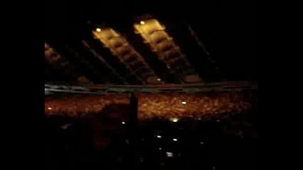 Препълнен Олимпийски Стадион Пляска на Мадона