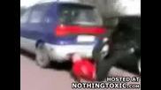 Момче пада от кола в движение
