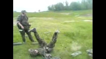 Жена - войник стреля с гранатомет