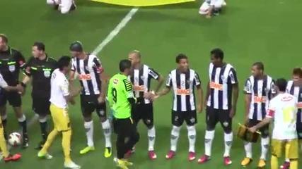 Страхотен жест ! Футболист се поклони на Роналдиньо !