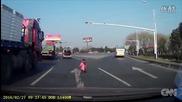 Дете изпадна от багажника на движещ се микробус