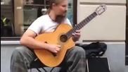 Уличен китарист с Божествени луди ръце