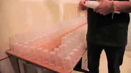 Едно момче и 10 000 чаши