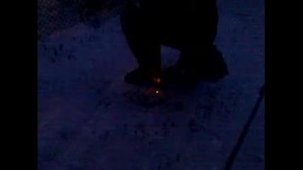 Палене на огърн с магнезиева запалка на Bear Grylls