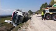 Пътна помощ за изправяне на обърнато до Ам Марица Волво с асфалт 26.04.2015