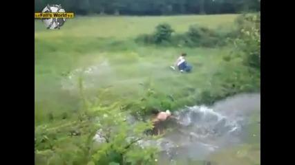 2-ма мъже прескачат река