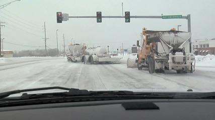 Снегорин чисти улиците със стил