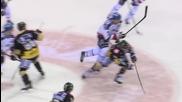 Хокеен играч с бърз трик помогна спортсменски на съотборникът си!