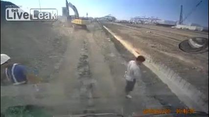 Багер разрушава камион - Този багерист си е намерил доста интересен начин да си отмъсти на колегите