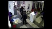 Ето как работи охраната в банков салон