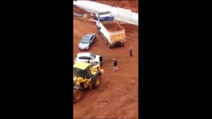 Колектори тръгнаха да взимат машината на този тракторист, но определено объркаха човека!