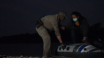 USA: State trooper helps migrants off boat, punctures smuggler's inflatable vessel