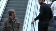 Какво се случва когато непозната готина жена докосне ръката ти на ескалатора ?