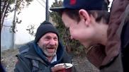 Изумителен фокус! Тинейджър напълни чаша кафе с пари и я дари на бездомник