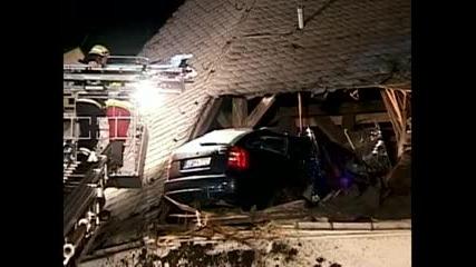 Кола се паркира на покрива на Църква