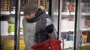Блондинка си купува замразена пица от маркета! Смях!