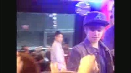 Justin Bieber Dancing & Fooling around on Gma