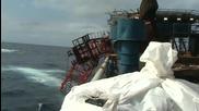 Огромен кран се събаря в морето