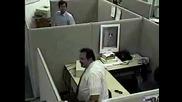 Мъж става нервен и чупи компютъра си