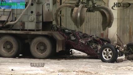 Екскаватор товарач и боен танк трошат заедно автомобили ( High Definition Video)