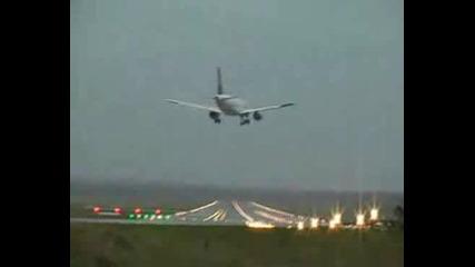 Самолет се разминава на косъм от катастрофа при кацане