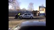 Полицаи Бутат Патрулката - Смях