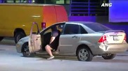 Жена бяга от полицаите с кола направи ги смешни ,после избухва в танц