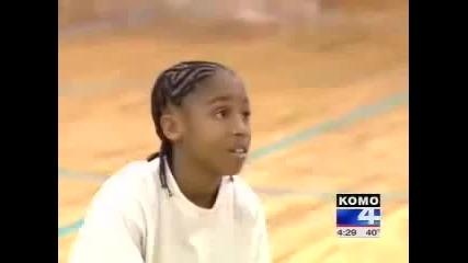 11 годишно момче прави каквото си иска с баскетболни топки