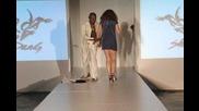Изпълнител на Бойни Изкуства Прави Дупка на Подиума и Манекенка Пада в Нея