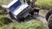 Трактор тегли закъсал джип, но вижте какво става после...
