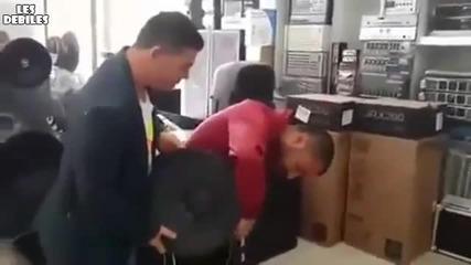 Четири човека и не могат да го удържат