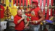 Хълк Хоган показва мускули в магазина си