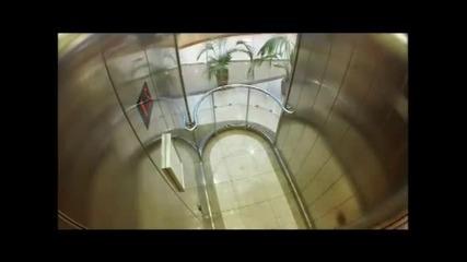 Крадци с автомати в асансьор