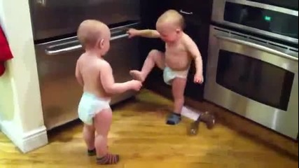 Близнаци си говорят на бебешк