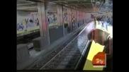 Невероятно!!! Жена на релсите на метроро и по чудо оцелява