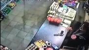 Храбър магазинер взима пистолета на крадец