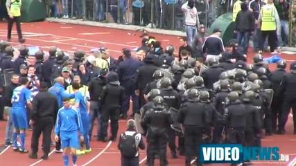 Феновете на Левски нахлуха на терена след края на мача