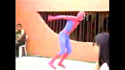 Spider - Man На Улицата Прави Салта
