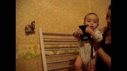 7 месечно Бебе се катери по стълбичка сам