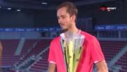 Защо телефонът на шампиона Медведев звъня по време на финала?