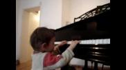 Тедо свири на пиано :)