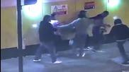 Ужасяващо Видео – Петима нещастници нападат студент на улицата! С кеф да ги убиеш тия!