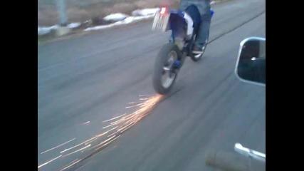 Моторист пали асфалта