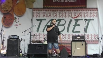 Росен Янчев,от X Factor,на сцената на Табиет фест в южния парк в София.