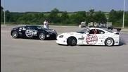Toyota Supra дрифтира около Bugatti Veyron