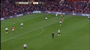 Бербатов майсторси задържа топката между двама футболисти на Ливърпул