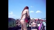 Голи Мацки Танцуват Върху Джип