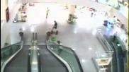 Човек спасява дете падащо от ескалатор